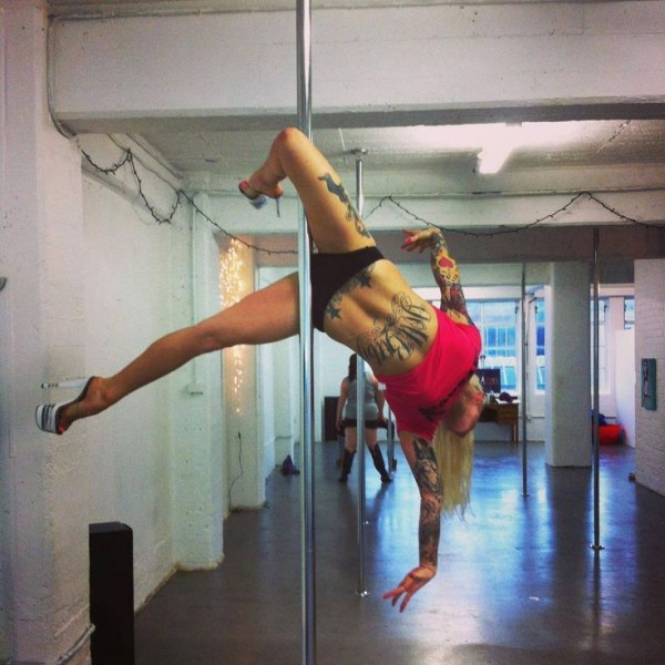 Poledancer tatuada 24