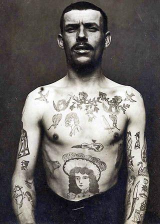 Foto Antiga de Homem Tatuado 08
