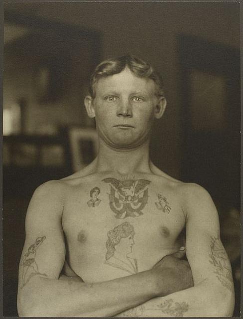 Foto Antiga de Homem Tatuado 12