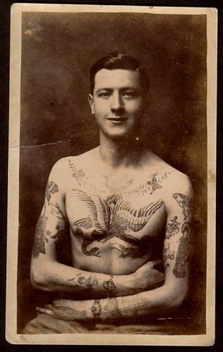 Foto Antiga de Homem Tatuado 14
