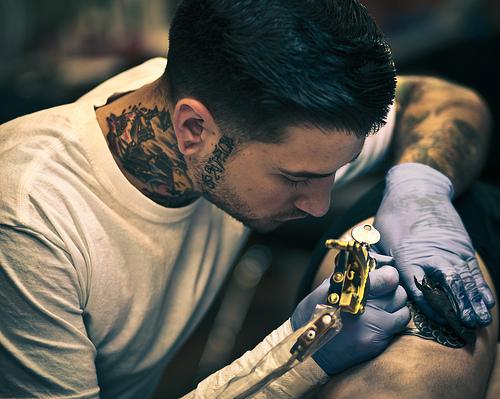 Fotos de tatuadores trabalhando 10