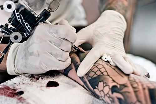 Fotos de tatuadores trabalhando 16