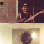 Tatuado toca guitarra enquanto é estimulado sexualmente