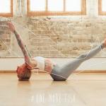 Professora tatuada reproduz os movimentos dos animais na Yoga