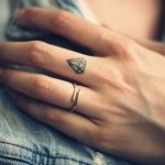 Pequenas tatuagens nos dedos que vão te conquistar.